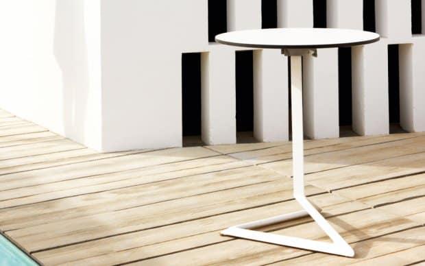 Delta Pie Tisch Höhe 105cm (Vondom) auf einer Terrasse