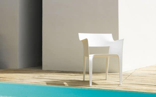 Pedrera Stuhl (Vondom) weiß auf der Terrasse