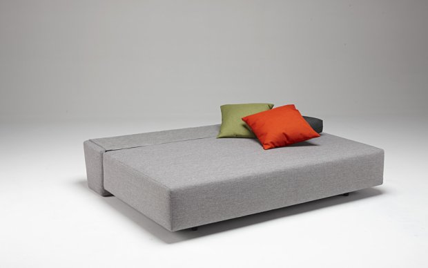 Innovation Schlafsofa Xerxes hellgrau Schlafposition Showroom